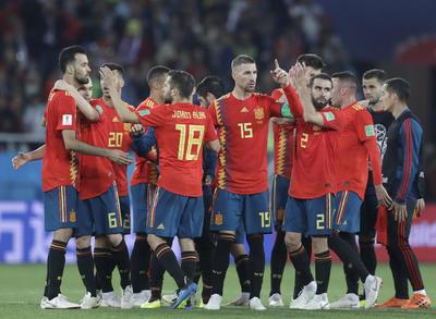 Españoles festejan el pase a octavos de final.
