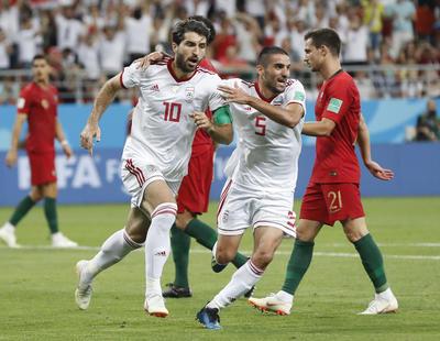 Karim Ansarifard festeja el empate de Irán.