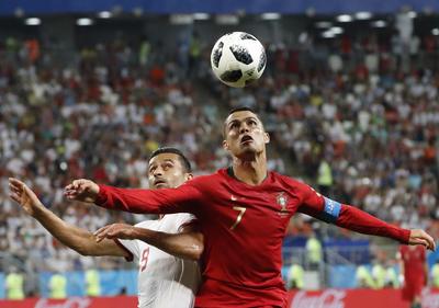 Cristiano disputa un balón ante la dura marca de los asiáticos.