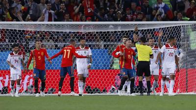 Protesta de jugadores españoles sobre el fuera de lugar a Iago Aspas.