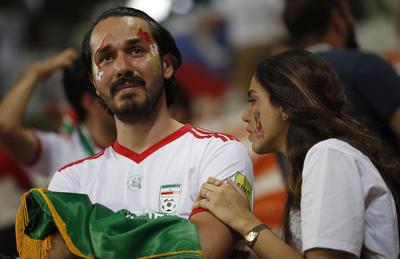Aficionados iraníes lamentan la eliminación de los suyos.