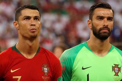 Cristiano Ronaldo y Rui Patricio en la ceremonia de himnos.