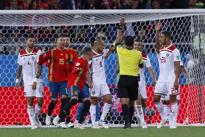 El árbitro de España-Marruecos había marcado fuera de lugar, decisión que revirtió y dio como buena para los hispanos.