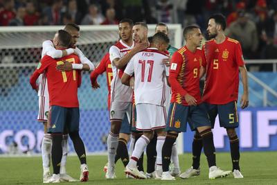 Españoles y marroquíes se despiden tras el empate.
