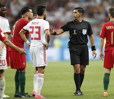 El árbitro del partido entre Portugal e Irán tuvo mucho trabajo con el VAR.