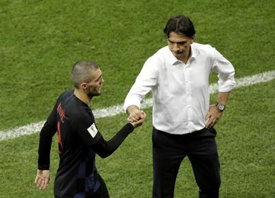 Zlatko Dalic dando la mano a Mateo Kovacic.