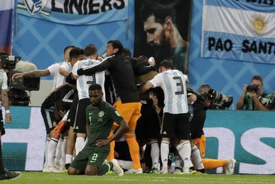 Argentina festeja avanzar de ronda.