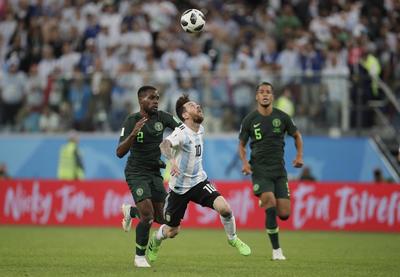 Messi recibe la dura marca de los nigerianos.