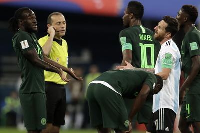 Las marcaciones del árbitro fueron protestadas por los africanos.