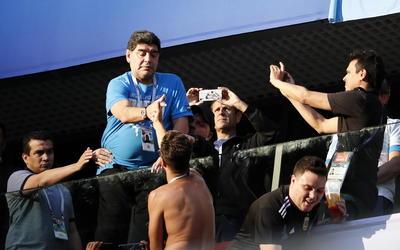 Maradona da la mano a fans argentinos.