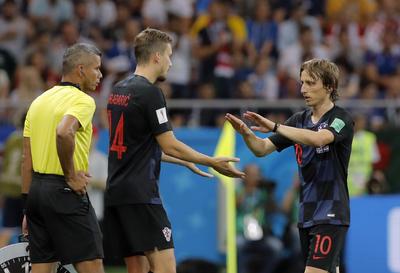 Modric abandona el campo ante Islandia.