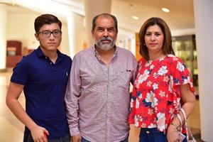 27062018 EN EL TEATRO.  Óscar, Diego y Luly.