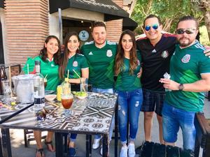 27062018 APOYAN A LA SELECCIóN.  Mónica, María, Ricardo, Isabel, Eduardo y Julio.