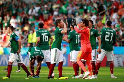 Los jugadores mexicanos trataron de darse aliento tras la derrota.