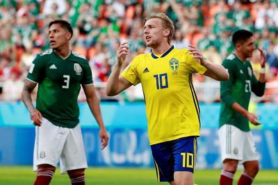 Suecos festejan un gol a México.