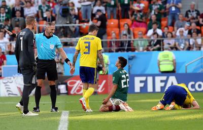 Lozano protesta una marcación del árbitro Petagna.