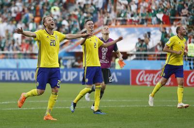 Los europeos festejan con sus aficionados la victoria.