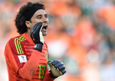 Ochoa lanza gritos a sus defensas.
