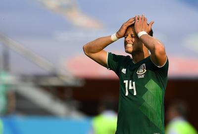 Javier Hernández se lamenta ante una falla.