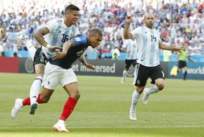 En un partido de volteretas, Mbappé volvió a causarle problemas a la zaga argentina, tomó un bajó en un mar de piernas, se hizo un espacio y cruzó con un zurdazo a Armani para poner el 3-2 en el marcador.