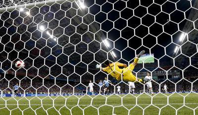 Con doblete de Cavani, Uruguay elimina a Portugal