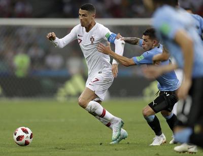 """A los del """"Viejo Continente"""" les costó mucho trabajo reaccionar al gol en contra, de hecho, su rival estuvo más cerca de la segunda anotación en un tiro libre de Suarez por abajo, que Rui Patricio perfecto a una mano mandó a un costado, para irse así al descanso."""