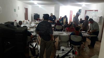 Las mesas y sillas que se habían instalado en el estacionamiento las acomodaron en la bodega, trabajando entre algunas tarimas y algunos otros aparatos.