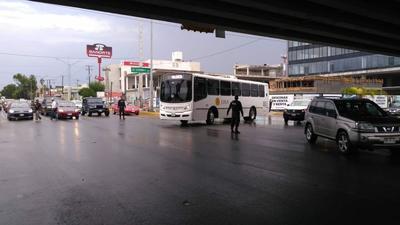 Los elementos apoyaron a ciudadanos que se vieron varados por daños mecánicos en sus vehículos, debido a la lluvia.