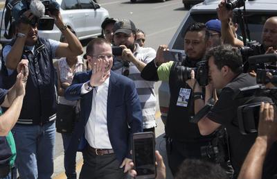 """""""Estoy convencido de que los resultados se van a respetar; este día va a ganar la democracia. Será un gran día y será histórico para México"""", dijo Anaya a la prensa tras su salida de la mesa electoral a la que asistió."""