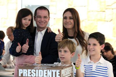 """El candidato presidencial derechista Ricardo Anaya, quien asistió hoy a votar en la ciudad de Querétaro, centro del país, se dijo convencido de que los resultados de los comicios serán respetados y que """"ganará la democracia y será un día histórico para México""""."""