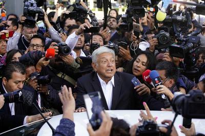 El candidato presidencial de la coalición Juntos Haremos Historia, Andrés Manuel López Obrador, expresó su deseo, al votar esta mañana, de que el proceso electoral en el país se dé en paz y que los mexicanos den ejemplo de responsabilidad.