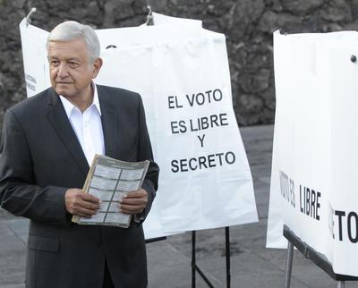 AMLO fue el primer candidato en acudir a emitir el voto.
