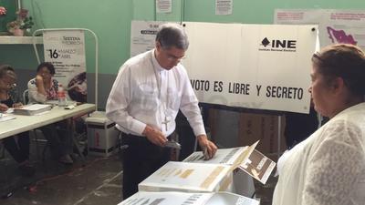 El obispo de Torreón, Luis Martín, pudo ejercer su voto.