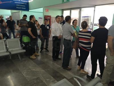 El obispo de Torreón hizo fila esperando votar.