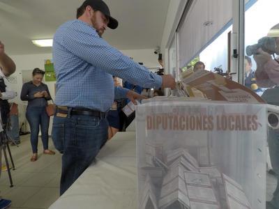 El alcalde de Durango, Alfredo Herrera Duenweg, acudió a votar a la casilla 229, ubicada en conocido colegio particular de la calle Alberto Terrones, en la zona Centro.