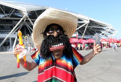 Aficionado asiste al partido de México Vs Brasil con un divertido disfraz.