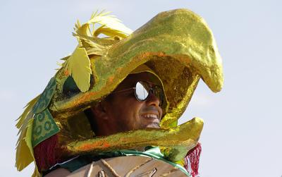 Mexicano con una botarga en que simula el águila de la bandera mexicana.
