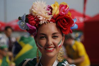 Aficionada mexicana con su tocado inspirado en la artista Frida Kahlo.