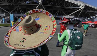 Aficionado con un sombrero mexicano alusivo a la Copa del Mundo.