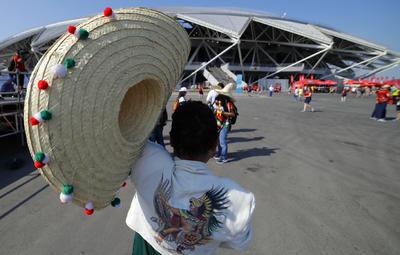 Aficionado mexicano con su vestimenta de temática azteca.