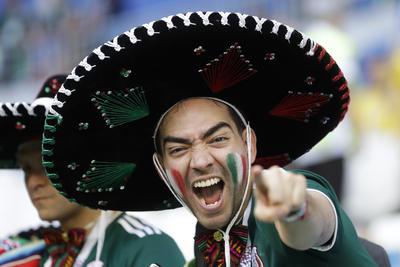 Aficionado con sombrero de mariachi mexicano.