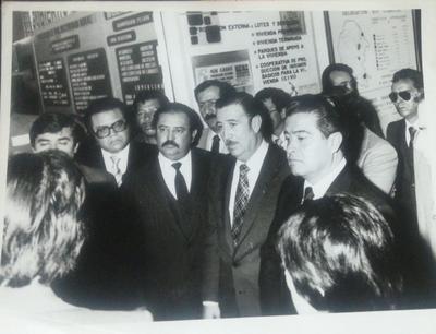 01072018 Manuel Torres, quien cumplió 76 años, aparece con el Gobernador Don Francisco José Madero. Manuel, entonces diputado coahuilense, y a un lado también el diputado Gaspar Valdez, hace más de 30 años.