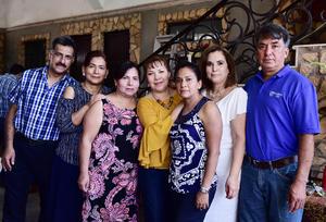 01072018 SE JUBILA.  C.P. Mayela Pineda finalizó su etapa en una empresa de maquinaria pesada, por lo que lo festejó con sus hermanos.
