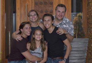 01072018 REGRESA DE ALEMANIA.  Bienvenida de su viaje de estudios en Alemania, Arturo Aguilar Aguiñaga, acompañado de sus papás, Claudia Aguiñaga y Agustín Aguilar, y sus hermanos, Agustín y Ángela.