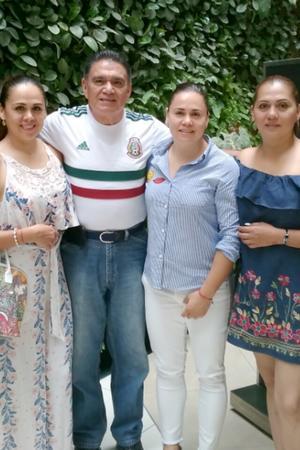 02072018 EN FAMILIA.  Miguel Gómez en compañía de sus hijas: Sandra, Jessica y Rocío.