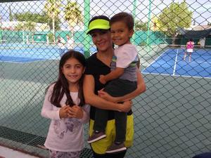 01072018 TORNEO PADRES E HIJOS DE TENIS.  Luciana Salsamendi con Iliana y Santiago.
