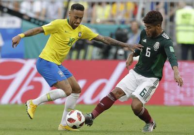 Jonathan dos Santos saca el balón limpiamente ante 'Ney'.