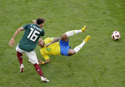 Herrera trató de frenar a Neymar durante el partido.