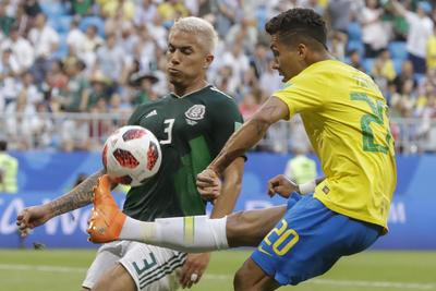 Salcedo busca evitar una jugada de peligro por parte de Firmino.