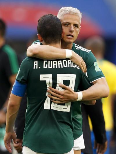 Javier Hernández consuela a Andrés Guardado tras el partido.